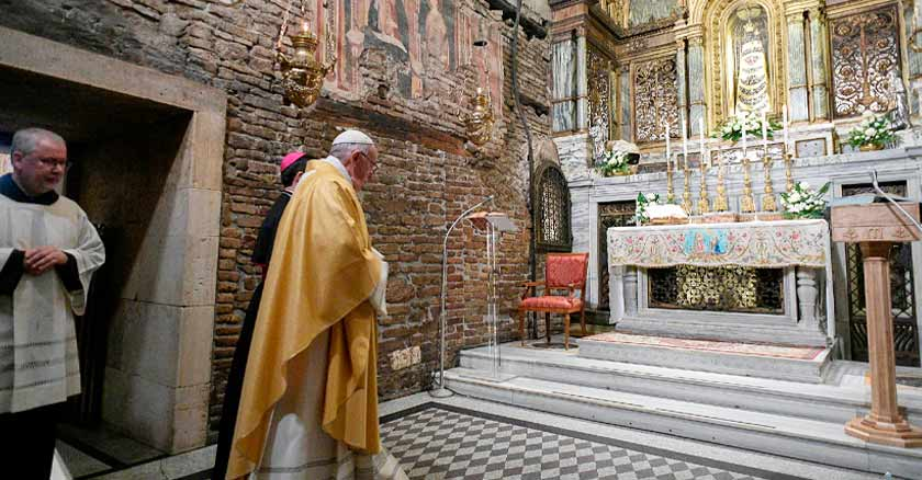 Pope enters the Shrine of Loreto to venerate to Virgin Mary