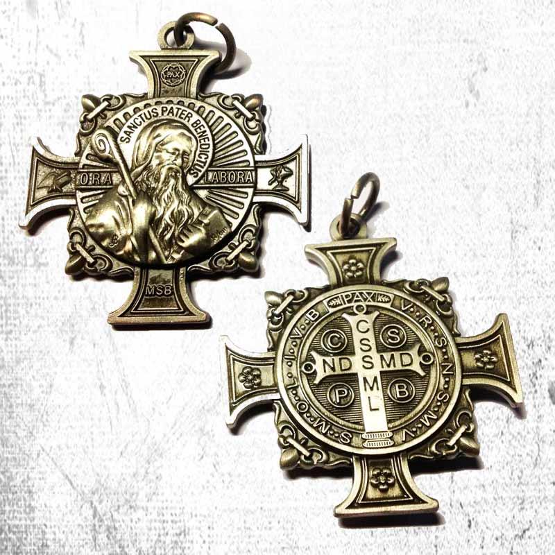 Cruz y medalla de San Benito. Inscripción con oración de protección