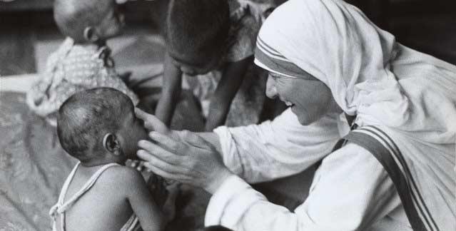 madre teresa de calcuta atendiendo niños