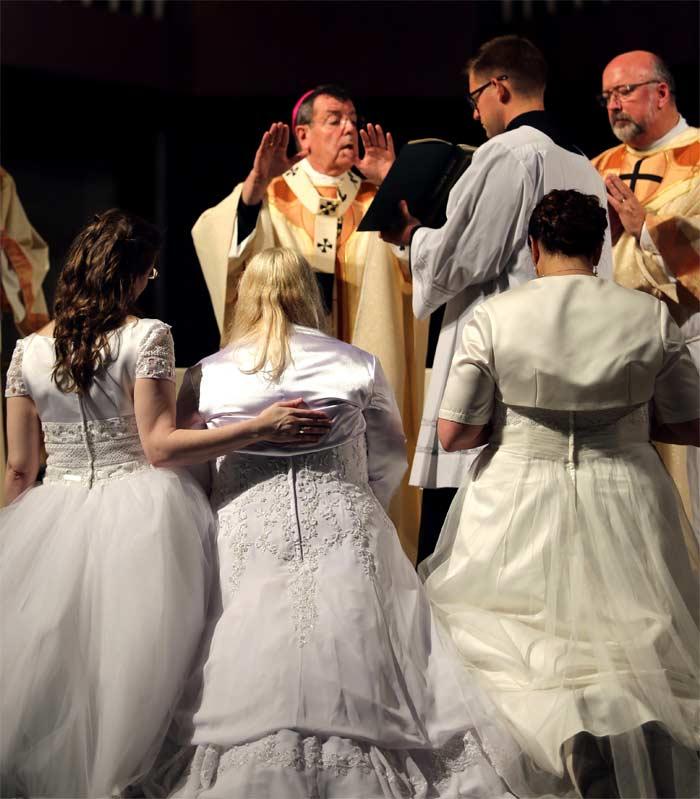arzobispo Allen de Detroit impone manos oracion virgenes consagradas