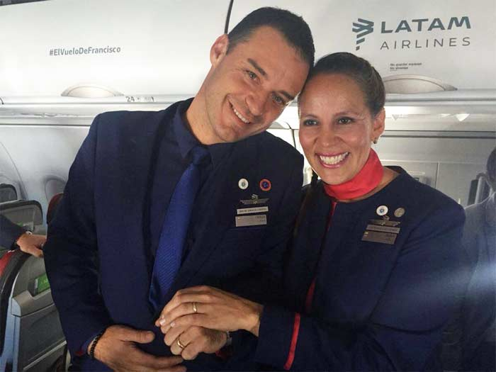 papa francisco celebra matrimonio avion papal esposos contentos tomados de la mano