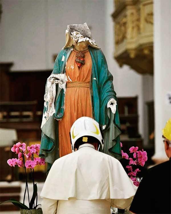 Papa Francisco rezando ante una estatua de la virgen maría destruída por un sismo
