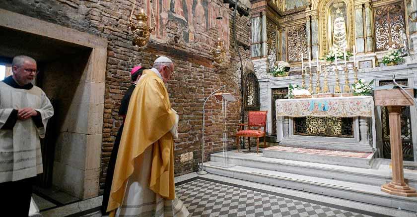 Papa Francisco entrando al Santuario de Loreto para las celebraciones