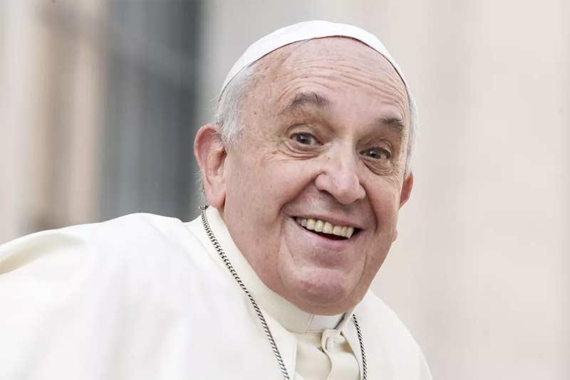papa francisco sonrie muy ameno alegre