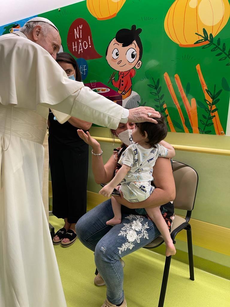 Papa Francisco asiste a uno de los pequeños