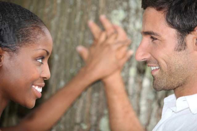 pareja matrimonio amor mirándose uno al otro