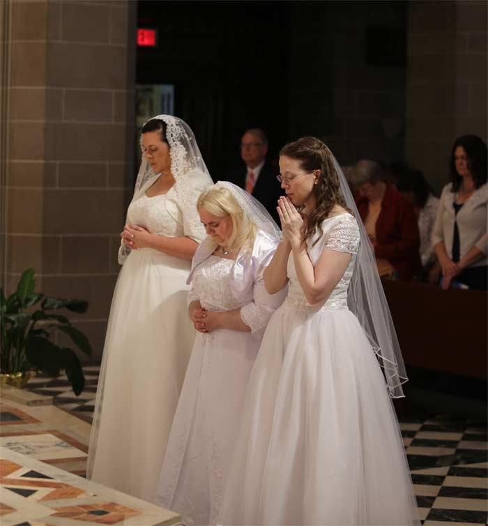 mujeres virgenes orando en el altar