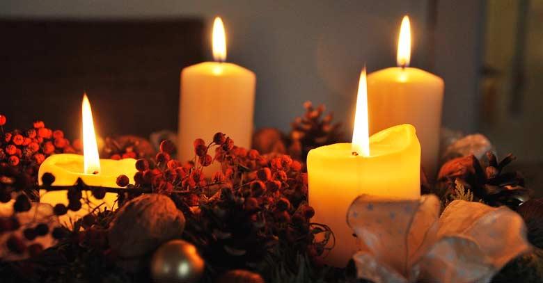 adviento velas encendidas amarillas doradas corona