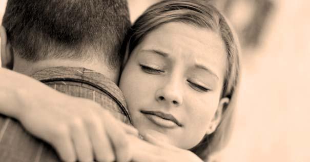 chica abraza familiar hombre perdon