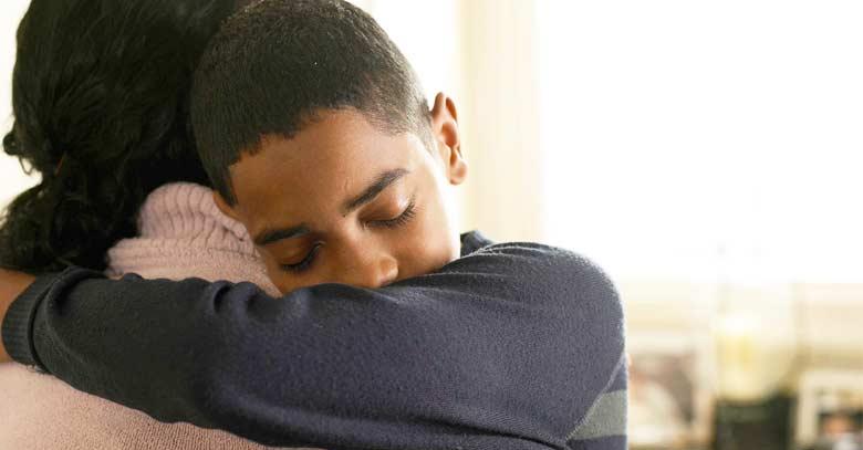 chico abrazando amor perdon mama