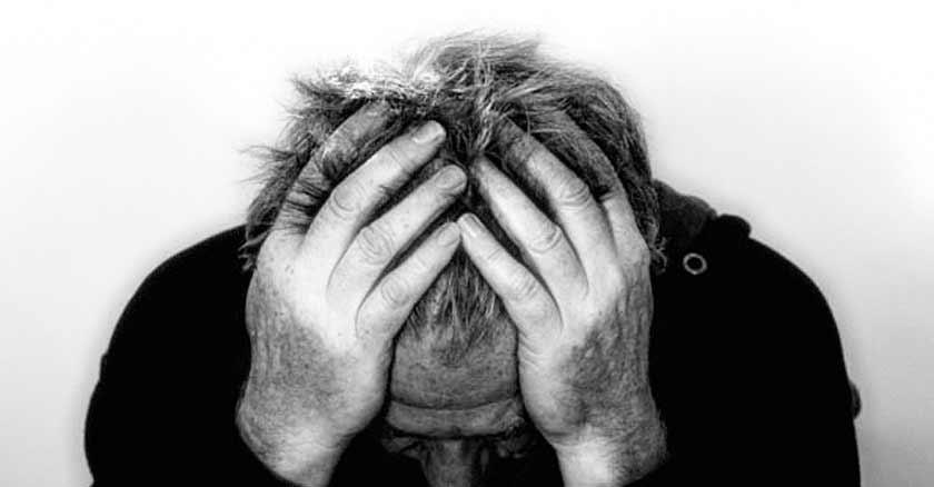 como reconocer aceptar la voluntad de dios hombre con manos cabeza preocupado