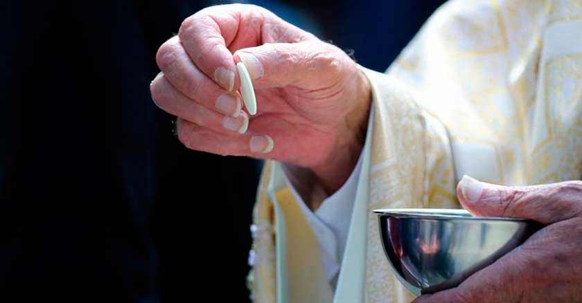 comulgar sin confesarse sacerdote entrega comunion hostia en mano