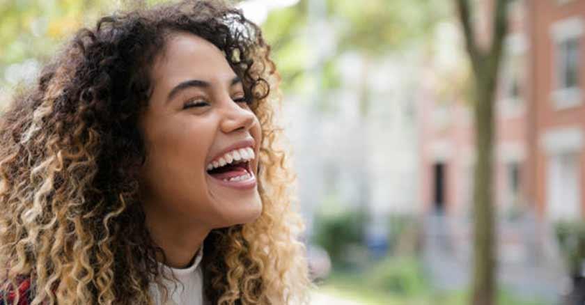 consejos para alcanzar la felicidad mujer sonriendo