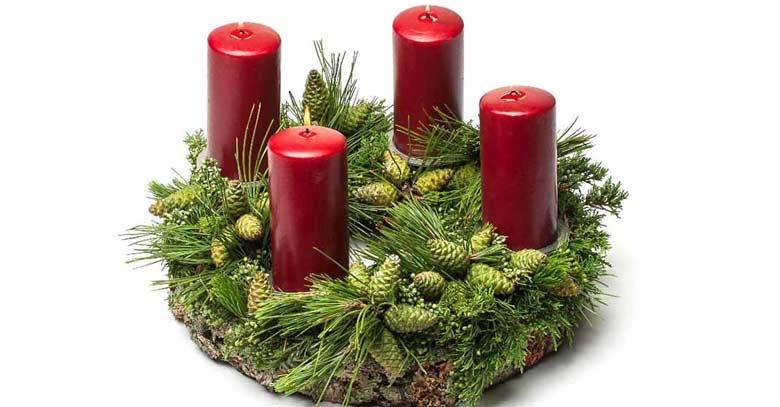 corona de adviento velas rojas fondo blanco bendicion