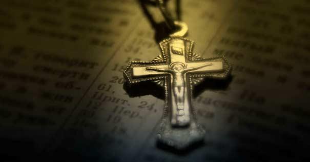 crucifijo cristo rosario sobre biblia arma espiritual
