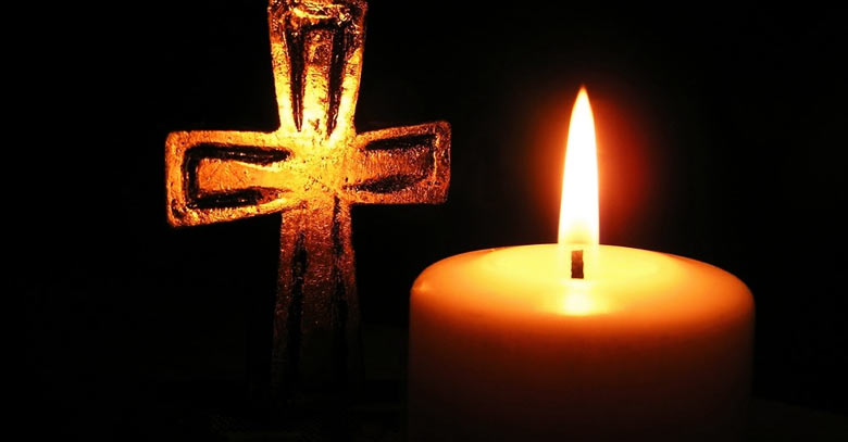 cruz vela encendida fondo negro