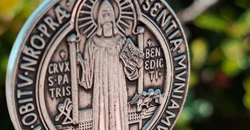cruz y medalla de san benito poderoso sacramental oracion a san benito