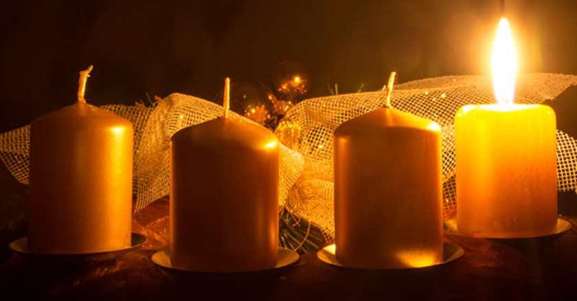 cuatro velas doradas una sola encendida adornos de navidad