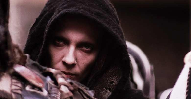 demonio capucha negra mirando tentacion pasion de cristo