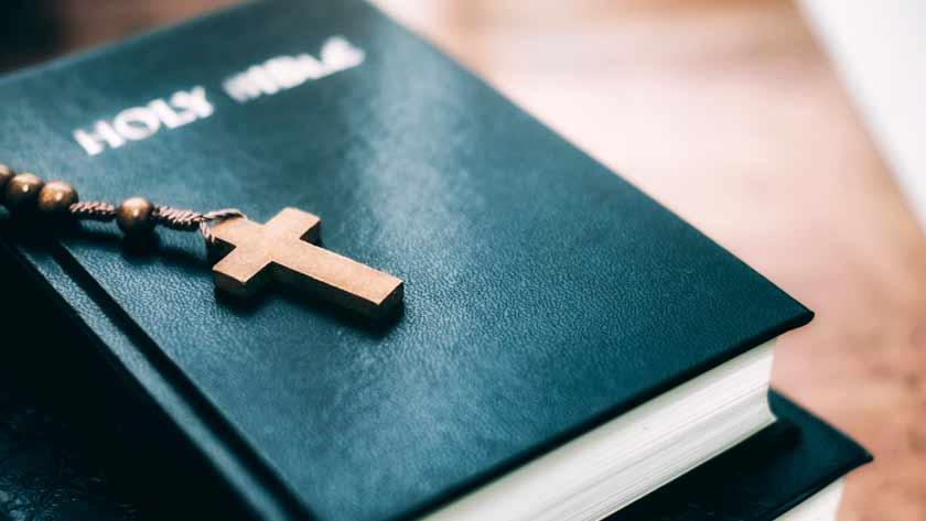 depositar dios preocupaciones biblia cruz rosario