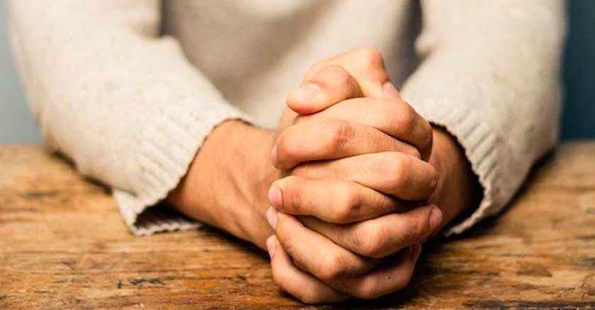 fuerza-y-fe-dios-quiere-transformar-tu-vida-tu-corazon-rezar-con-manos-juntas.jpg