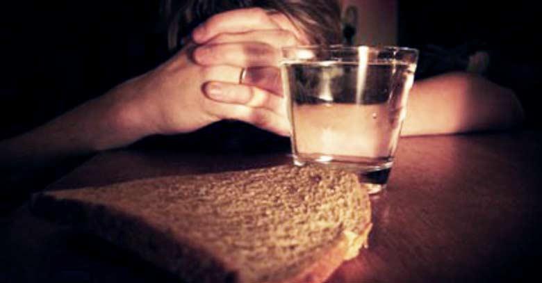 hombre rezando con ayuno pan y agua