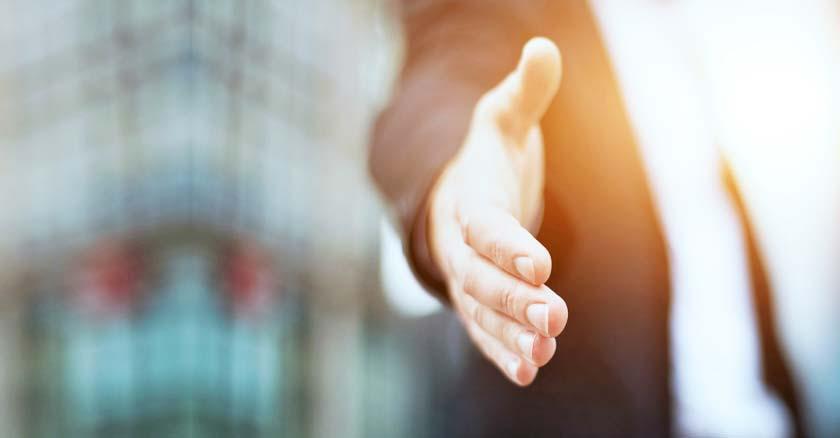 hombre tendiendo la mano en senal de ayuda confianza en dios descansar problemas