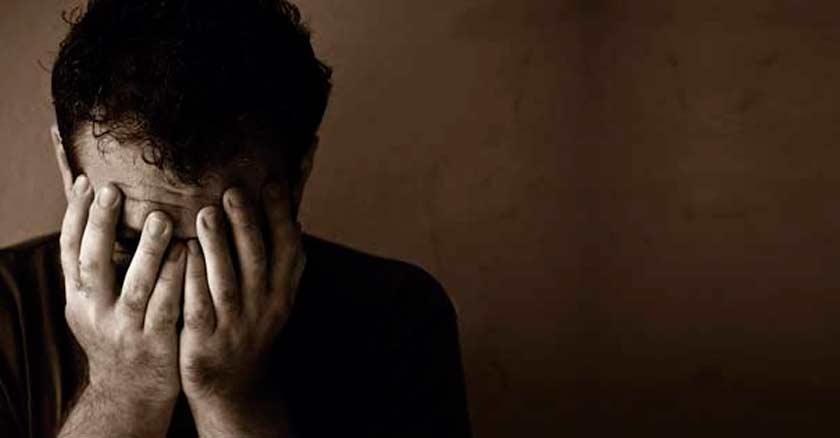 hombre triste deprimdio con las manos en su rostro de angustia preocupacion