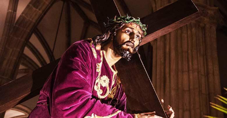 jesus nazareno cristo pasion de jesus cargando cruz estatua