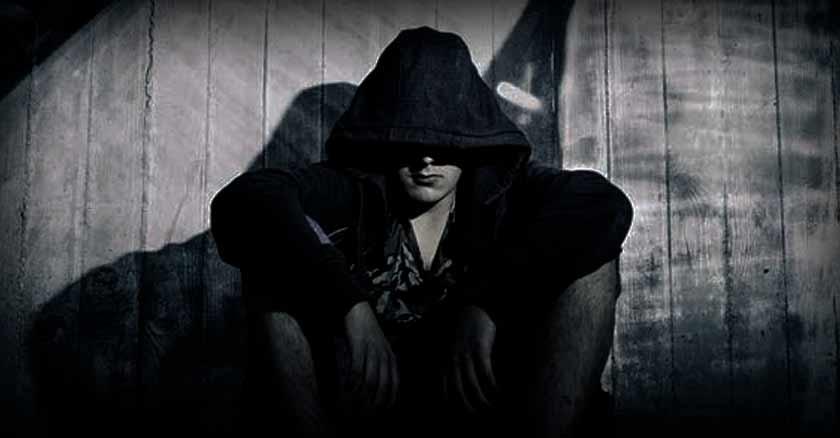 joven oscuro capucha demonio odia momento presente