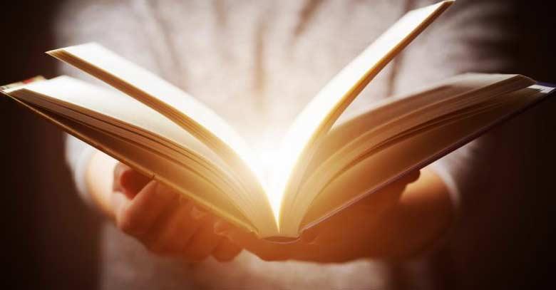 libro sostenido en las manos luz interior