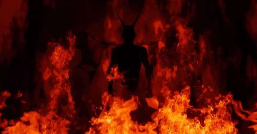 llamas del infierno figura diabolica silueta entre el fuego demonio