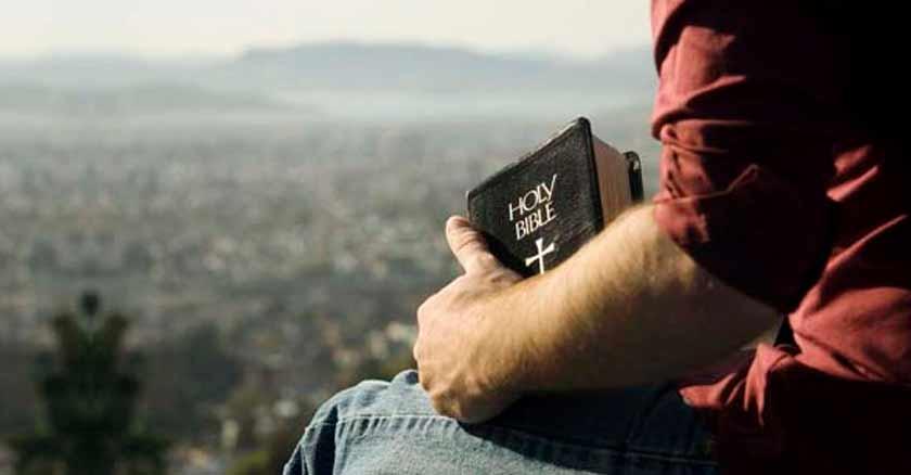 mano biblia pasos consejos saber discernir la voluntad de Dios