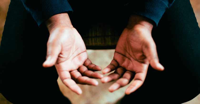 manos abiertas para recibir tener un director espiritual recibir consejos