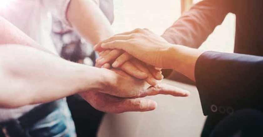 manos juntas en senal de union apoyo formas de hacer presente a Dios