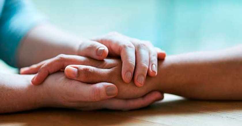 manos sosteniendo a otras dando consuelo perdon perdona olvidar