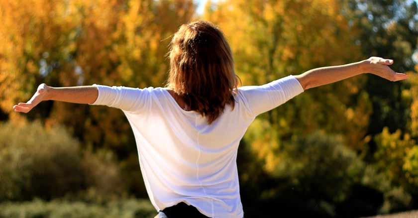 mujer-brazos-libertad-formas-ganar-confianza-seguridad.jpg