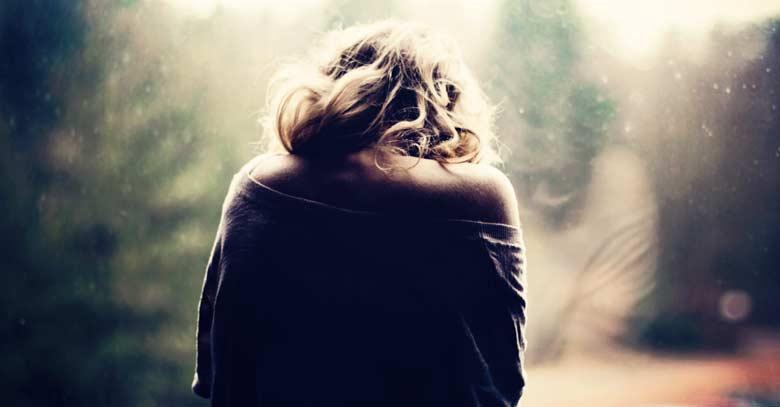 mujer de espalda reflejo en vidrio tristeza