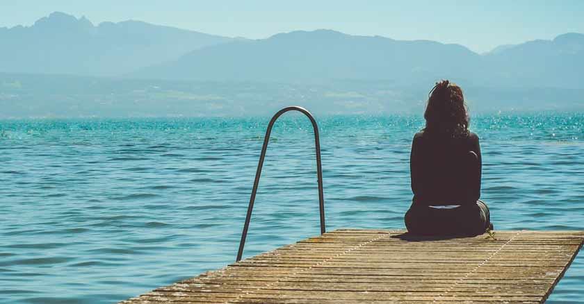 mujer mirando mar claves oracion para encontrar lugar el plan de Dios