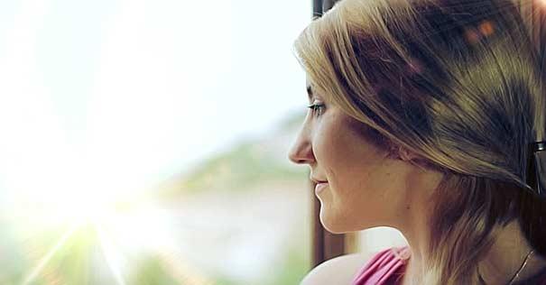 mujer mirando ventana feliz muerte santa feliz