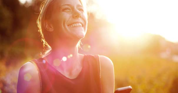 mujer rostro felicidad mirando cielo sonriendo