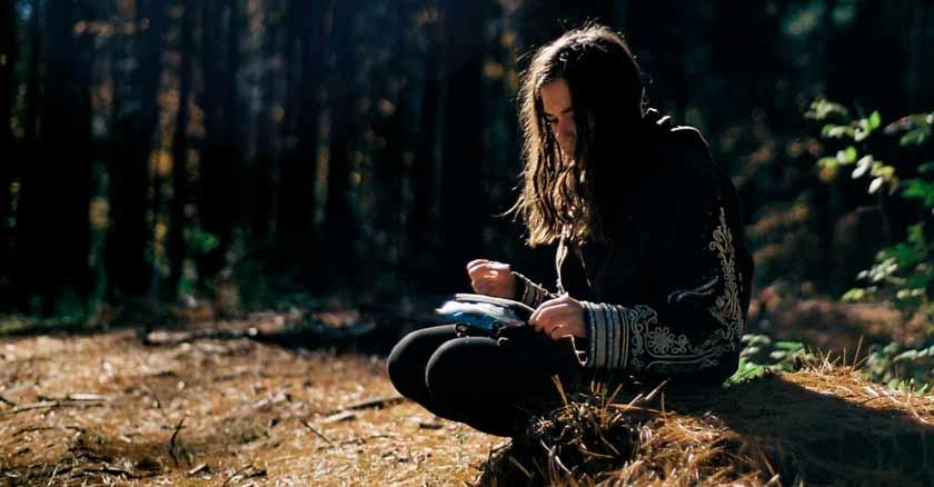 mujer-sentada-bosque-jesus-nos-tiene-infinita-paciencia-compasion.jpg