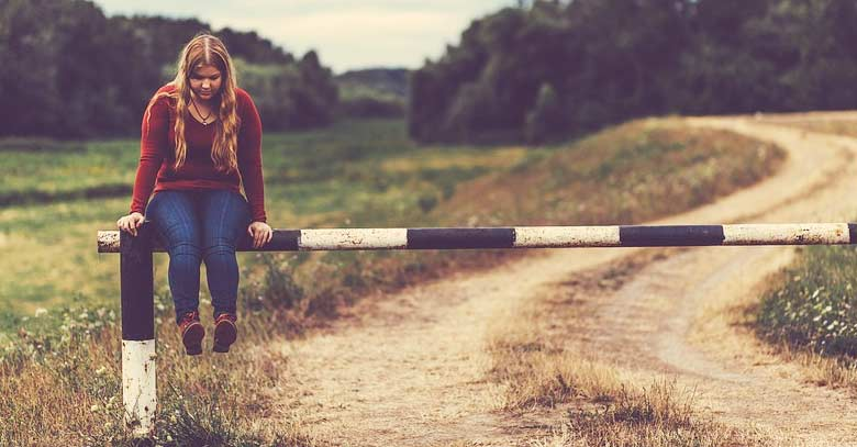 mujer sentada en paso alcabala camino tierra bosque