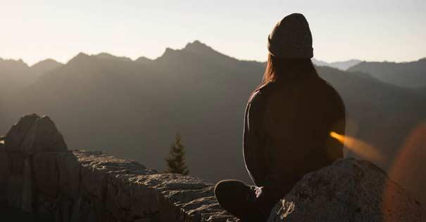 mujer sola soledad mirando montanas horizonte