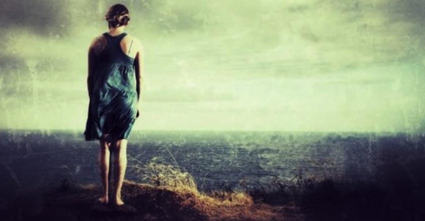 mujer solitaria vista de espalda soledad triste