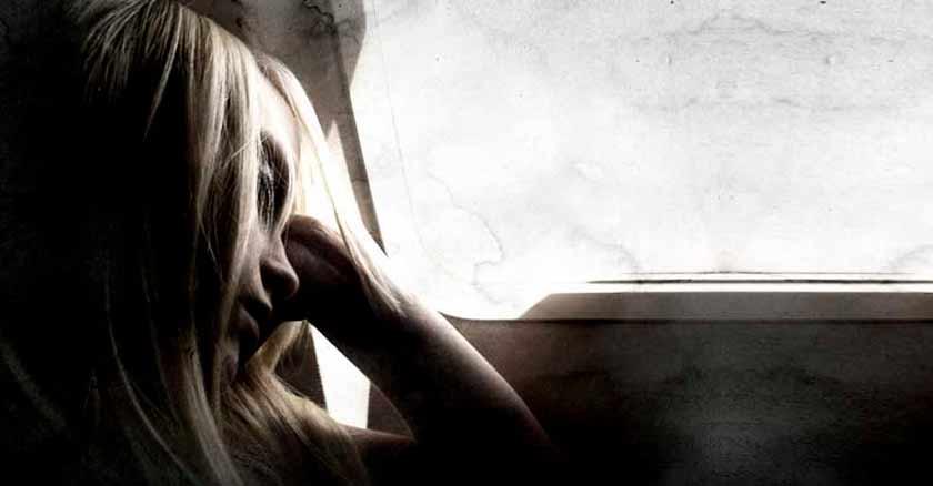 mujer triste cuando te sientes solo derrotado sin esperanza