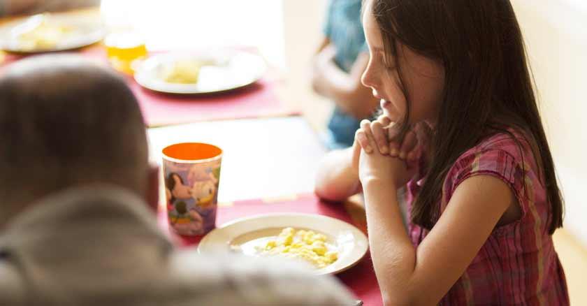 nina-rezando-en-la-mesa-bendecir-los-alimentos-oracion.jpg