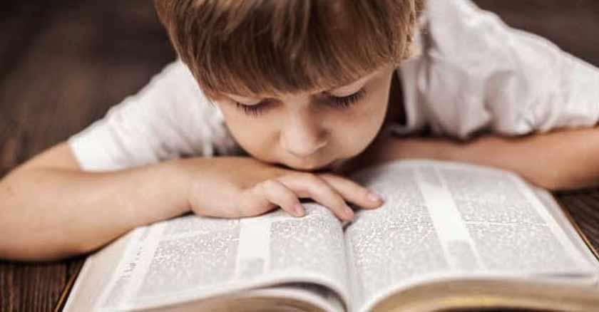 nino hijo leyendo la biblia acostado citas biblicas