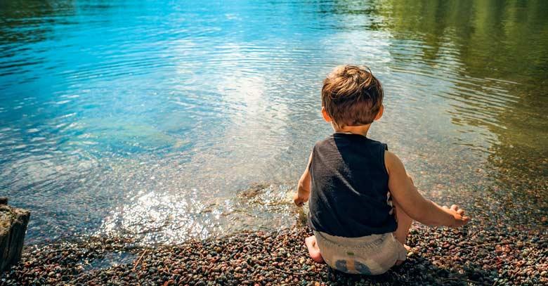 nino jugando lago orilla paz tranquili