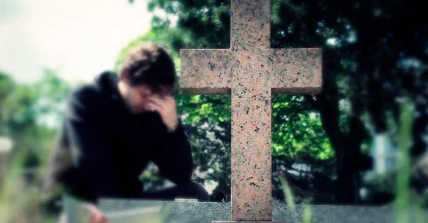 orando ante tumba consejos para enfrentar la muerte en forma cristiana